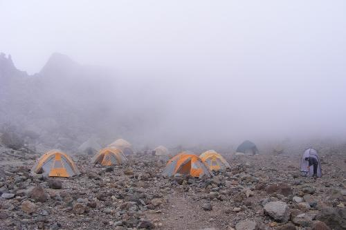 /KILIMANJARO/25._ceata_si_norii_in_arrow_glacier_camp.jpg