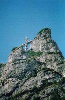 Crucea Eroilor de pe muntele Caraiman vazuta de pe Valea Seaca a Caraimanului
