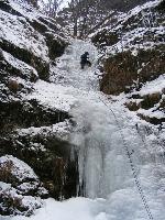 Montarea manºei pe una din cascadele de gheaÞã de pe Valea lui Stan