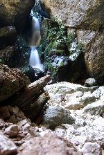 Cascada la intrare in Cetatile Ponorului