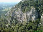 De la baza traseelor de alpinism din Cheile Oltetului, peretii calcarosi se inalta vertiginos sute de metrii.