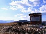 ,,Refugiul'' de pe muntele Zanoguta si rezervatia naturala Miru - Bora (in plan indepartat).