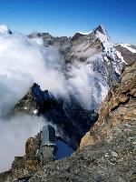 Refugiul Carrel (3835m, Creasta Leone inspre Monte Cervino - Matterhorn), amplasat intr-o zona incredibila, deasupra ghetzarilor italieni (stanga) si elvetieni (dreapta) in crevasele carora dispar avalansele de bolovani care deranjeaza linistea diminetii