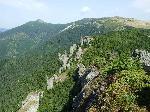 Varful Ciungetul 1923(1925)m in stanga si varful Rusca 1913m (versantul sau estic, mai domol este cunoscut sub numele de Cotul Ruscii) in dreapta; vazute din