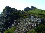 Vârful Ruscii, partea esticã mai abruptã si stâncoasã, stâncile sunt cunoscute sub denumirea de: Pietrele lui Ilies