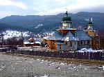 Manastire pe malul Lacului Poiana Uzului (Vf. Farcu Mare in spate)
