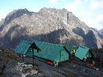 Cabana Elena (4540 m.) si vedere spre Mount Baker - Vf. Edward (4843 m.)