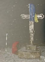 Noua cruce de metal de pe Pietrosul Calimanilor (ramasitele celei vechi de lemn sculptat se afla in scobitura de la 5 m. NV de varf)