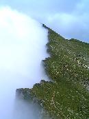 În şaua Podragu, într+o parte ceaţă şi urât, în cealaltă soare