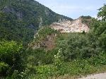 Tipic romanesc.  Deasupra carierei se afla cetatea dacica de la Ardeu.
